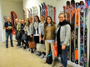 Schülerinnen der HBLW Saalfelden besuchen die Ski-Fabrik Blizzard