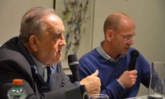 BTX: Der unkonventionelle Pater Gabriel Mejia aus Kolumbien begeisterte mit seinen Erzählungen die Jugendlichen an der HBLW Saalfelden, rechts sein Übersetzer Wolfgang Heindl (Sei so frei).