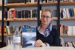 """Susanne Huber präsentiert ihren Erstlingsroman """"Und der See schweigt"""" in der Schulbibliothek der HBLW Saalfelden Foto: Robert Kalss"""