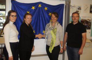 Theresa Foidl (li.) produzierte einen professionellen Audio-Guide zum Thema EU, Magdalena Vlajcic moderierte die Präsentation in der HBLW Saalfelden. Foto: Robert Kalss