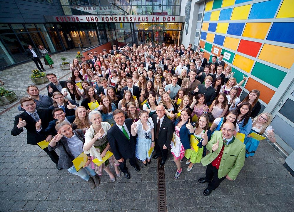 Beim feierlichen Festakt im Kongresshaus St. Johann waren die  acht HBLW-Mädels in der ersten Reihe mit dabei.      Foto: Raiffeisen