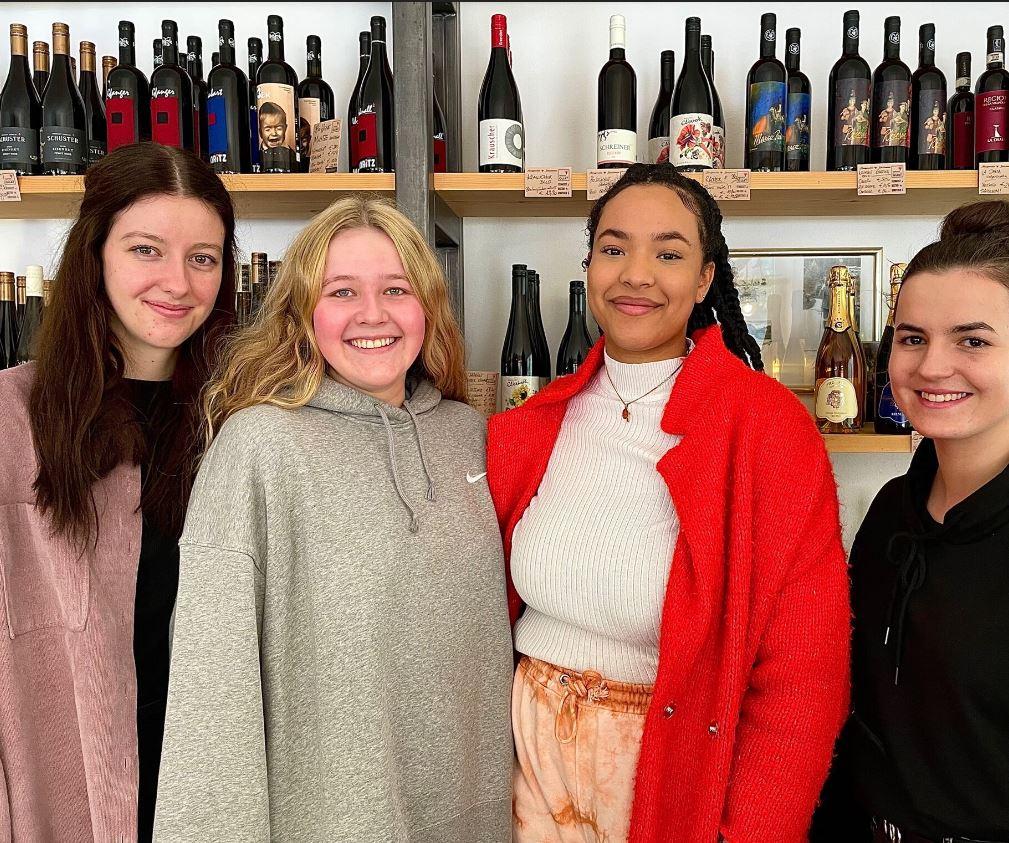"""Hannah, Laura, Lilian und Stefanie gestalteten als Diplomarbeit Marketingprodukte für den Feinkostladen """"Oafoch Guat"""" in Weißbach. Foto: Monika Schager"""