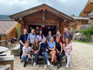 Die Hüttendorf-Besitzer Josch und Biggi Seyfert sind stolz auf ihr engagiertes Praktikanten-Team aus der HBLW Saalfelden.Foto: Lucas Portenkirchner