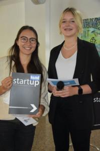 """Hannah Erharter überreicht ihrer Klassenvorständin Stefanie Nill (li.) eines der ersten Exemplare des Magazins """"StartUp"""". Foto: Gabriele Marik"""